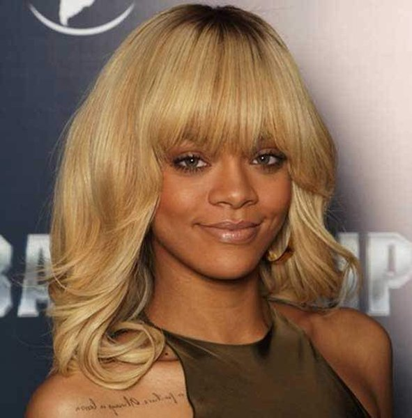12 Best Rihanna Hairstyles She Has Had Till Now-Chic Loose Blonde Curls