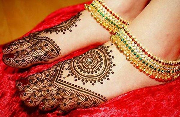 20 Simple Mehndi Designs For Feet-Circular With Floral Mehndi Design