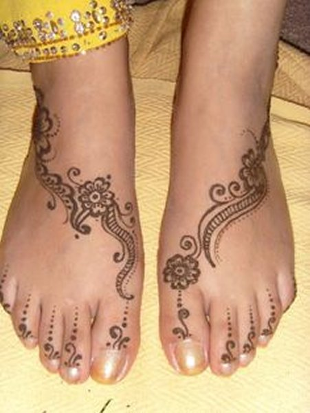 20 Simple Mehndi Designs For Feet-Linear Floral Mehndi Designs