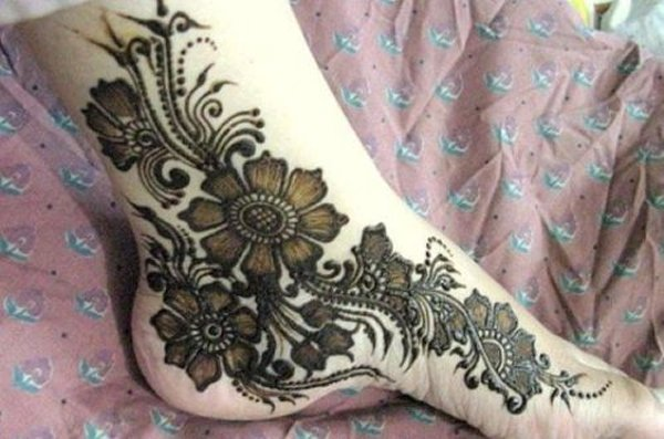20 Simple Mehndi Designs For Feet-Long Floral Beads Designs