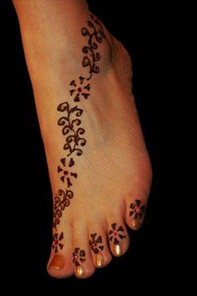 20 Simple Mehndi Designs For Feet-Star Dotted Mehndi Design