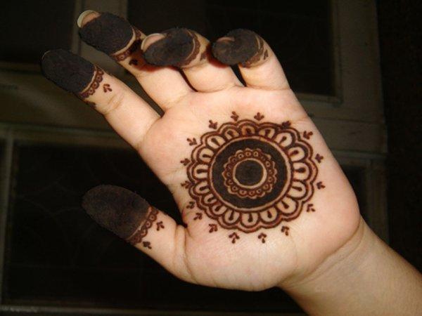 20 Simple Mehndi Designs For Hands-Simple Circular Arabic Pattern