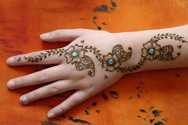 20 Simple Mehndi Designs For Hands-Stones and Glitter Mehndi Designs